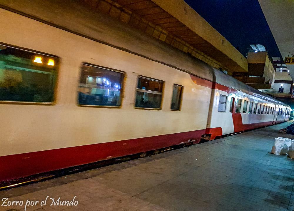 Tren en estación Giza