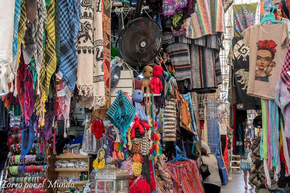 Artículos eclécticos en mercado Coyoacán